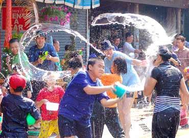 Tư vấn đi lễ hội té nước tại Lào