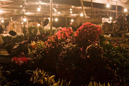 Buổi sớm trong chợ hoa đêm Hà Nội