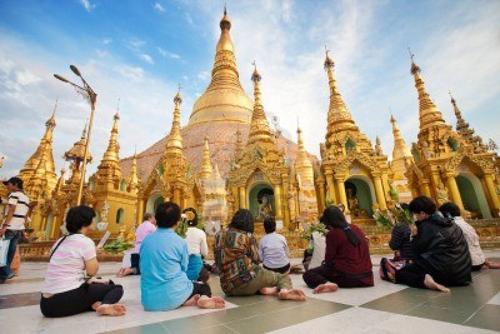 Chân trần trong chùa vàng Shwedagon lộng lẫy