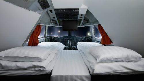 Phi công ngủ gật trong buồng lái ở độ cao 9000 m