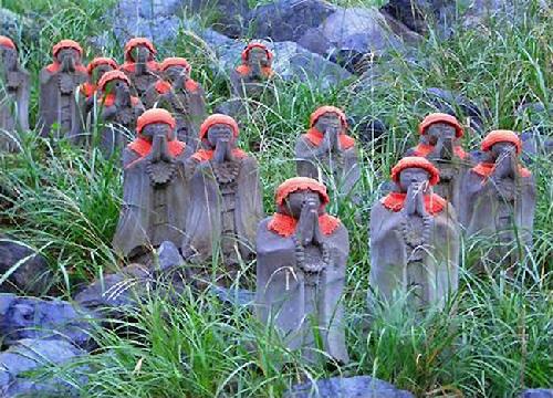 Địa tạng Bồ Tát mặc yếm trẻ em ở xứ Phù Tang