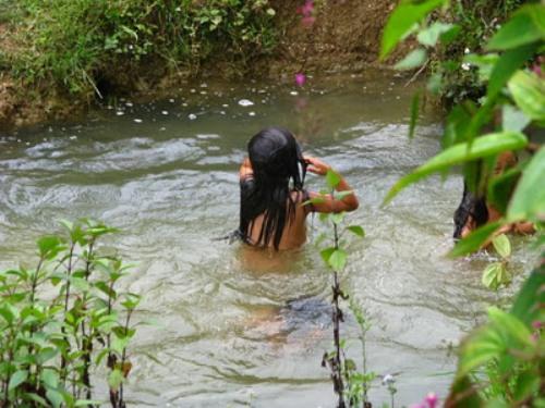 Sơn nữ vùng cao tắm tiên ở mó nước thần