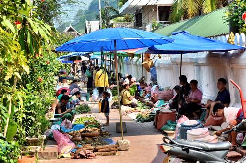 Đi chợ ba phiên ở Luang Prabang