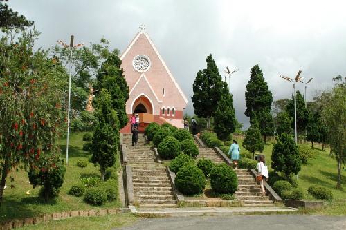 Nhà thờ độc đáo trên đồi mai anh đào Đà Lạt