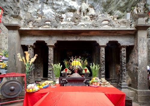 Ngôi đền đá nằm giữa rừng ở Tràng An