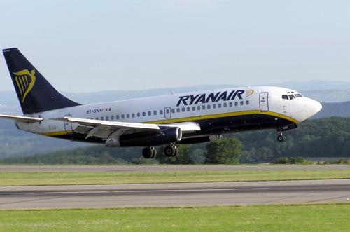 Khách say rượu đòi mở cửa máy bay khi đang bay