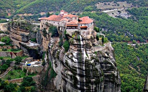 Những tu viện cheo leo trên vách núi