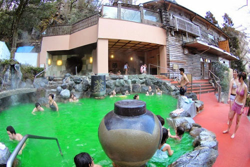 Bồn tắm toàn vang đỏ và sake ở Nhật Bản