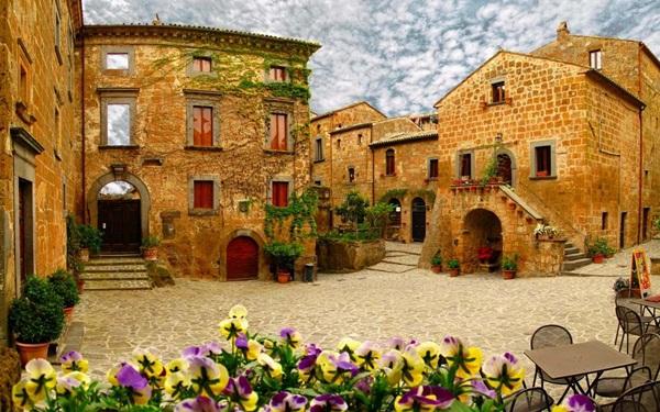 Civita di Bagnoregio cổ kính giữa mây trời nước Ý