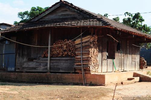 Tục chặt củi 'bắt chồng' của người Jẻ-Triêng ở Kon Tum