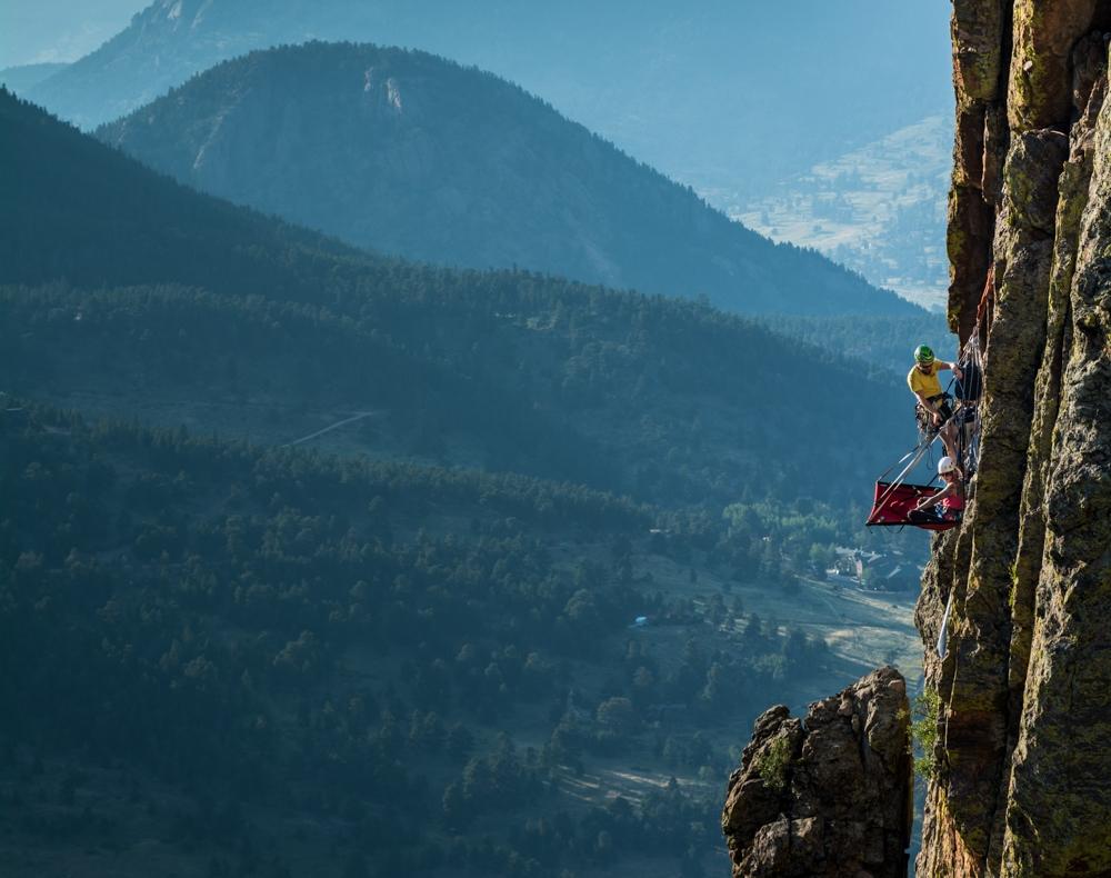Cắm trại 'mạo hiểm' giữa lưng chừng vách đá