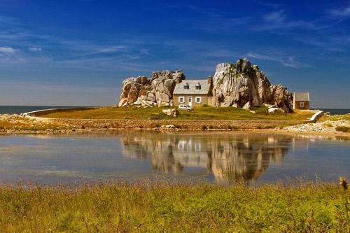 Castel Meur - ngôi nhà kẹp giữa hai ngọn núi đá