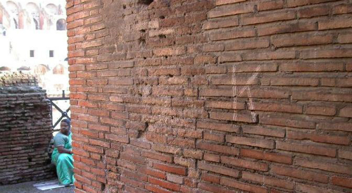 Du khách Nga bị bắt vì vẽ bậy lên Đấu trường La Mã