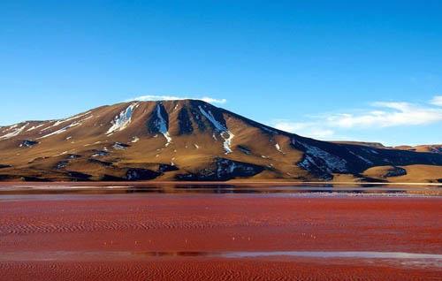 Hồ muối cạn đỏ như máu ở Bolivia