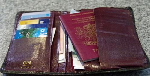 Tìm thấy hộ chiếu và ví tiền sau 18 năm thất lạc ở Thụy Sĩ