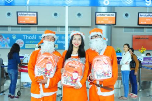 100 ông già Noel tặng quà cho khách nhí tại sân bay