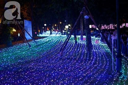 Đường phố Sài Gòn ngập trong ánh sáng lung linh mùa Giáng sinh