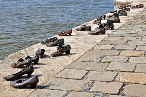 Những đôi giày vô chủ bên bờ sông Danube
