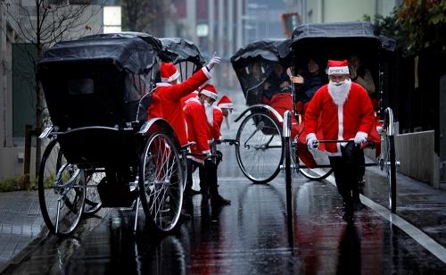 Ở các nước, ông già Noel đi phát quà bằng phương tiện gì?