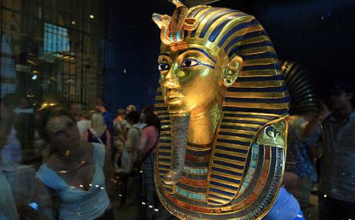 Dùng keo dán cẩu thả gây hư hỏng râu của vua Pharaoh