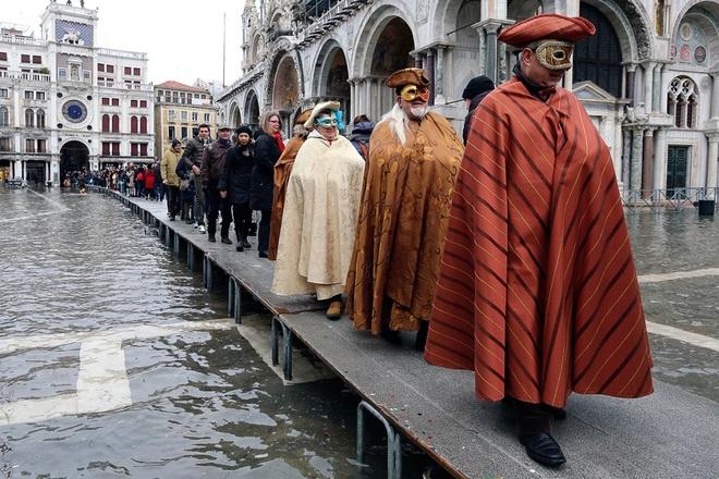 Lễ hội hóa trang Venice diễn ra giữa biển nước