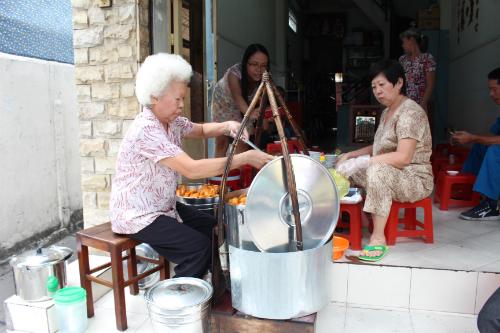 Quán bánh canh chỉ bán một tiếng ở Sài Gòn