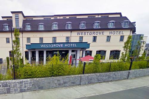 Buồn vợ ngoại tình, chồng viết lời cay đắng 'review' về khách sạn