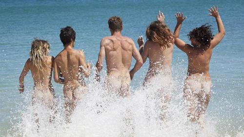 Hàng nghìn du khách đăng ký tắm tiên tại Australia