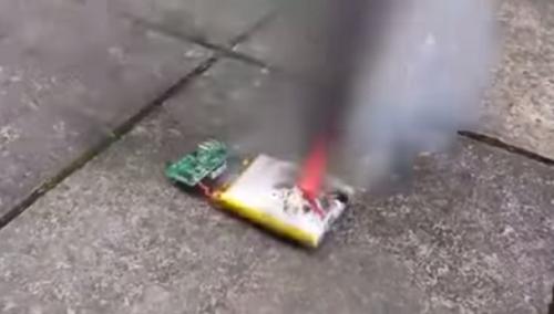 Kinh hoàng Pin điện thoại phát nổ sau khi bị va đập mạnh