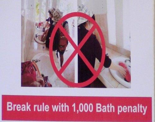 Thò chân vào bồn rửa tay, du khách bị phạt 30 USD