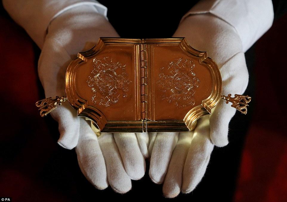 """Trải nghiệm cảm giác """"hoàng gia"""" trong cung điện Buckingham"""