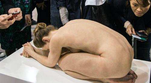Tượng phụ nữ khỏa thân nghệ thuật gây kinh ngạc ở Hong Kong