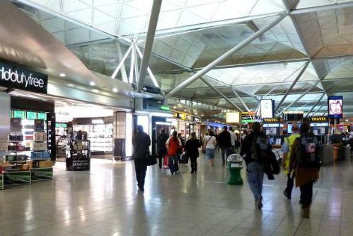Bị bỏ lại sân bay vì mang quá nhiều hành lý