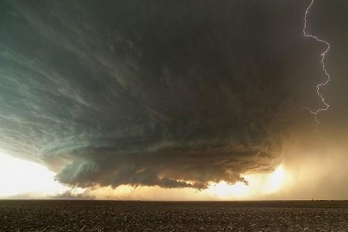 """""""Đẹp"""" ngỡ ngàng với những đám mây trước bão"""