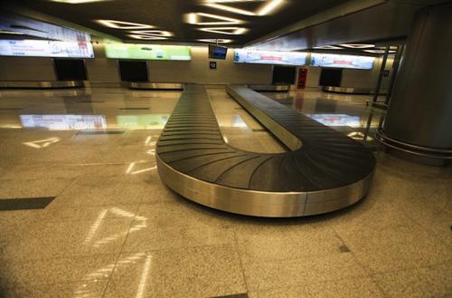 Nhân viên sân bay nhét rác vào hành lý khách sau khi trộm tiền