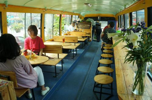Quán cà phê trên xe buýt ở Hà Nội