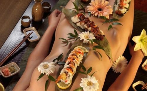 Độc đáo nghệ thuật sushi khỏa thân nam