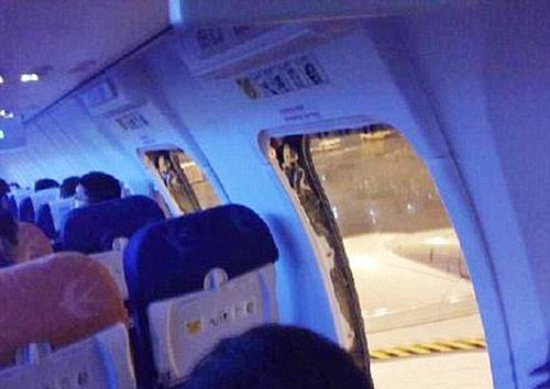 Nhiều khách Trung Quốc mở cửa thoát hiểm khi bay