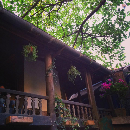 Quán cà phê trong nhà sàn cổ giữa Hà Nội