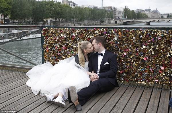 Chùm ảnh phá bỏ cây cầu Tình yêu huyền thoại ở Pháp