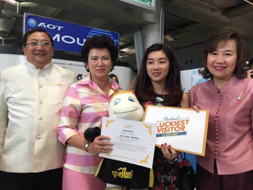 Cô gái Việt trở thành vị khách thứ 13 triệu của Thái Lan