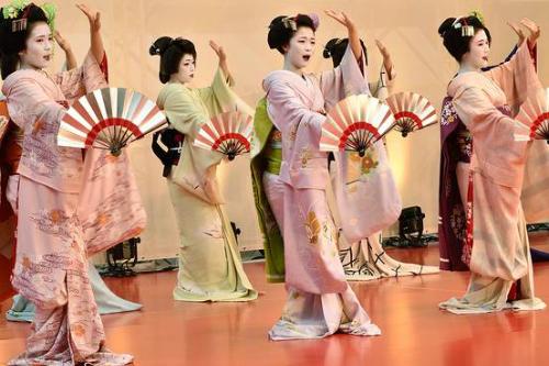 Geisha ca múa để chiêu khách tới cố đô Nhật