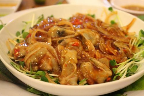 Hàu sốt Mexico và gỏi tôm Thái ăn sống ở Sài Gòn