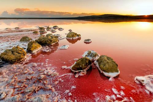 Hồ nước đỏ màu máu như trên sao Hỏa ở Crimea