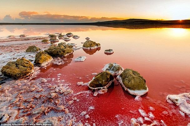 Ngỡ ngàng trước quang cảnh như Sao Hỏa của hồ nước Koyashskoye