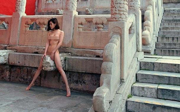 Người mẫu bị 'ném đá' vì chụp ảnh khỏa thân ở Tử Cấm Thành