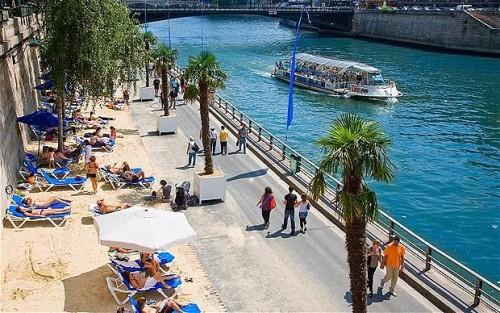 Bãi biển nhân tạo bên bờ sông Seine