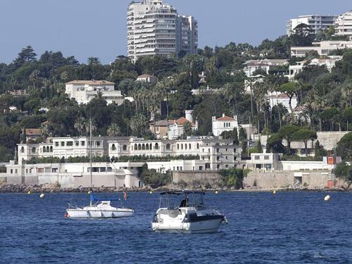 Bãi biển nude ở Pháp đóng cửa vì chuyến nghỉ dưỡng của vua Ả Rập