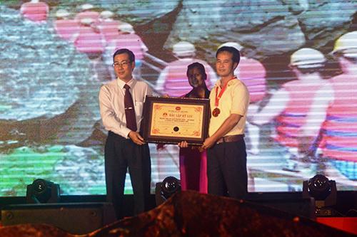 Đường zipline vào hang Tối được công nhận dài nhất Việt Nam