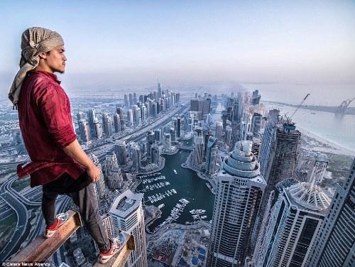 Màn chinh phục nóc nhà chung cư cao nhất thế giới